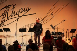 Moderator Alexander Keiner eröffnet das Integrative Provinzkulturfestival